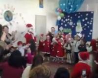 Më të vegjëlit festojnë e festat e fundvitit së bashku me edukatoret dhe prindër (video)