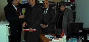 Bardhi takon dhe i dorëzon shkresë ambasadorit të Shqipërisë – Kërkon të ndikojë në zgjidhjen e rastit të mandatit të deputetit