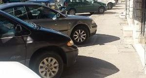 Dukuri e shëmtuar – Automjetet bllokojnë trotuarët (foto)