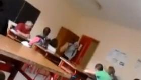Nxënësi godet mësuesin në mes të orës së mësimit (video)