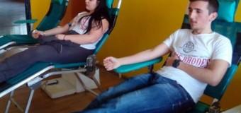 Maturantët e shkollës së mesme nga Ulqini organizuan aksion vullnetar të dhurimit të gjakut (foto)