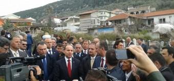 Presidenti Nishani vizitoi Ulqinin – Vendosi  kurorë tek varri i Ymer Prizrenit (foto, video)