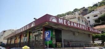 Ka ndodhur në një nga marketet e Ulqinit – Mysafiri humb portofolin dhe …