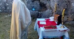 Prifti i Kishës ortodokse të Ulqinit Radojica Bozhoviq shërbeu liturgji në Shas (foto)