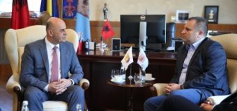Cungun takon kryetarin e Prishtinës Shpend Ahmetin (video, foto)