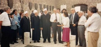 Shtator 1991: Imamët nga Amerika bën homazhe te Varri i Skënderbeut në Lezhë
