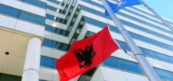 Flamuri kuq e zi në shtizën e ndërtesës qeveritare në Stamford