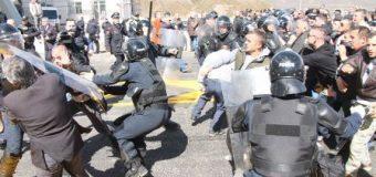 Protestë në Rrugën e Kombit kundër vendosjes së taksës, shkatërrohen sportelet në Kalimash (video)