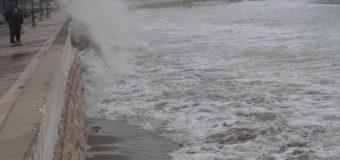Baticë që nuk mbahet mend në Ulqin, valët e detit deri në shetitoren e Ranës (video, foto)