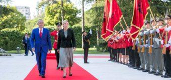 Hiti i kampionatit botëror Kolinda Grabar-Kitaroviq në Tiranë, presidenti i Shqipërisë e mirëpret në një vizitë shtetërore