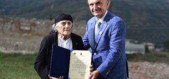 Presidenti i Shqipërisë Ilir Meta nderon kujtimin e të internuarve dhe viktimave të kampit famëkeq në Tepelenë