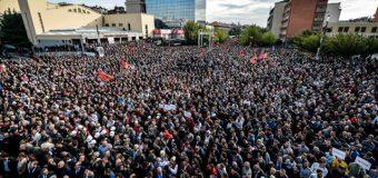 Dhjetëra e dhjetëra mijëra shqiptarë të Kosovës protestuan në Prishtinë