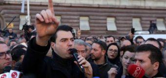 Tiranë: Opozita proteston dhe dorëzon zyrtarisht mandatet
