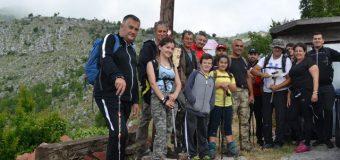 Tradita vazhdon, bjeshkatarët ngjiten në majen e Rumisë