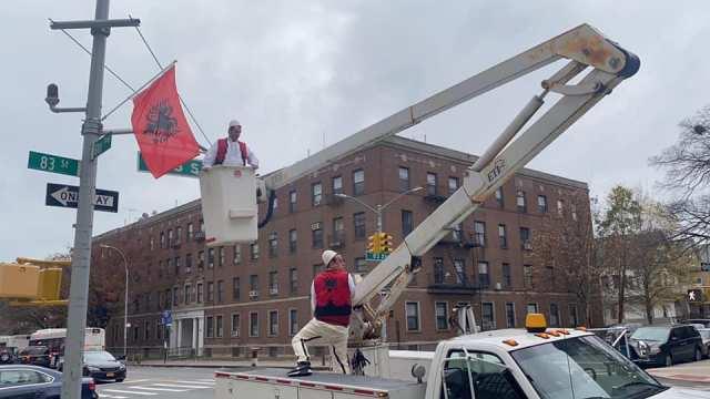 New York: Brooklyni stoliset me flamuj kuq e zi me rastin e Ditës së Flamurit