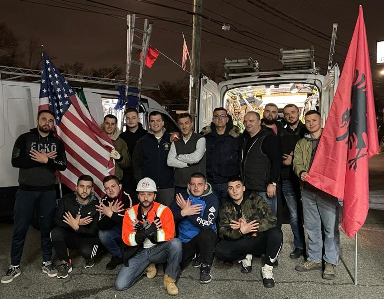 Rrënjet Shqiptare: Vulnetarët nga Kraja vendosin flamuj shqiptar në Nju Jork